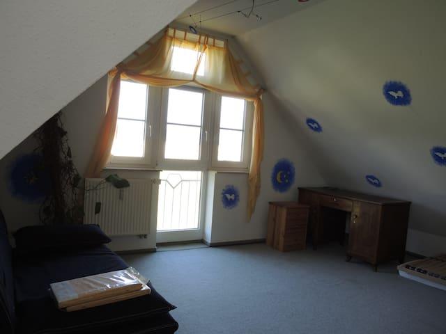 freundliches Dachzimmer / oder Einzelzimmer - Meckenbeuren - Stadswoning
