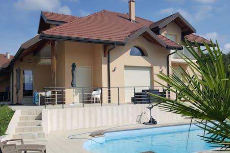 Maison contemporaine avec piscine proche d'Annecy - Meythet - วิลล่า
