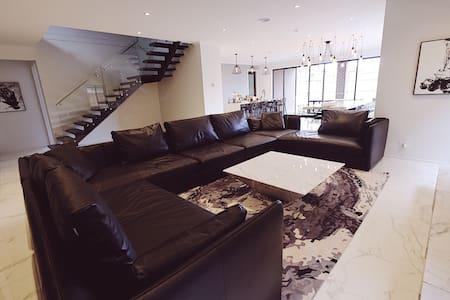 Stunning Luxury house 5 BED 5 BATH, 20mins to CBD