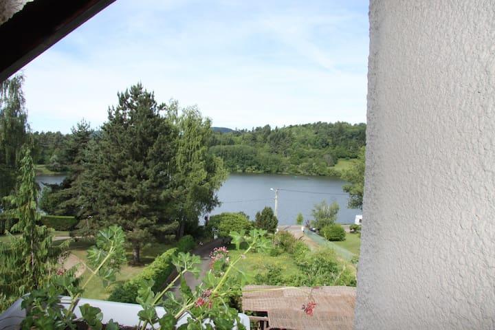 chambre 4 personnes dans maison au bord d'un lac