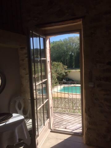 Chambre coté piscine la Guicharde - Mondragon - Gästehaus