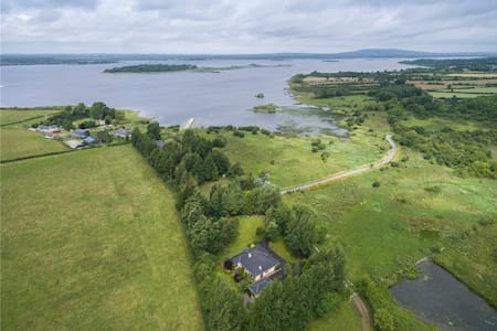 Bantry Lodge, on Lough Ree - Lanesborough - 家庭式旅館