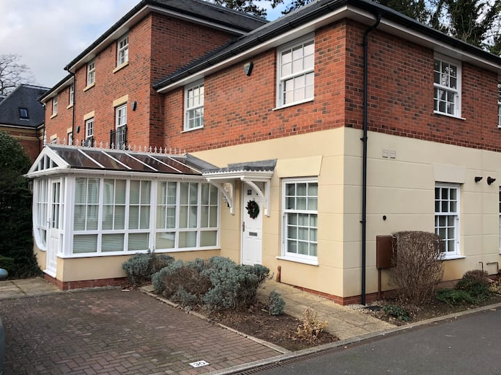Contemporary 2 bed house - exclusive area of town