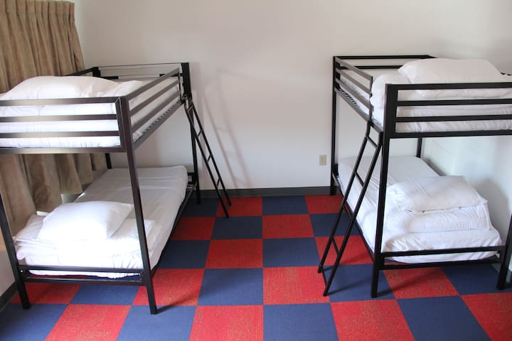 ★ 1 Bed in 5 Bed Coed Dorm 10 min from Downtown ★