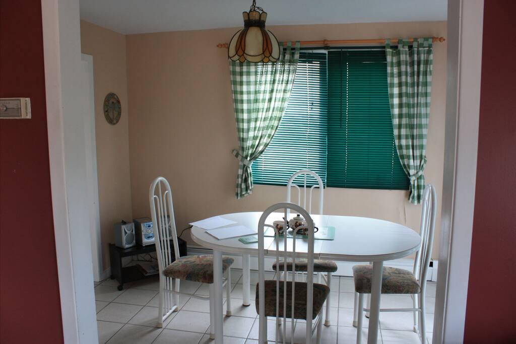 La salle à manger, donnant sur la terrasse .