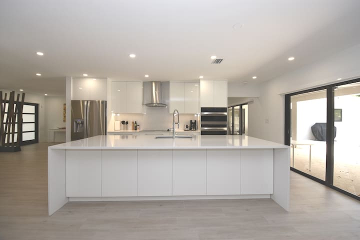 Brand new Huge 4 bed 4 bath house!  Chefs Dream.
