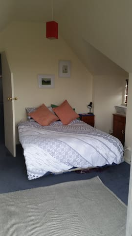 Cosy upstairs room with balcony - Evandale