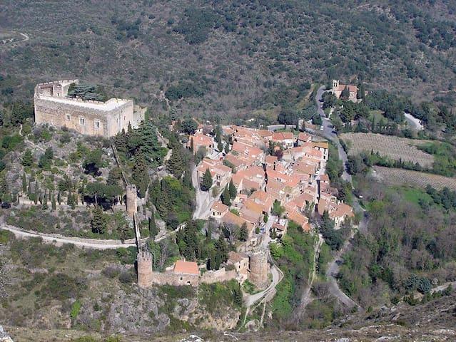 Castelnou, son église en dehors de l'enceinte du village, vus du Roc de Majorque (belle montagne qui domine le village) et chemin menant au gîte