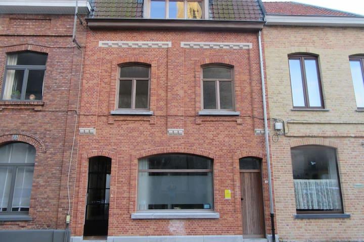 Estudio completamente renovado con terraza en el centro de Ypres.