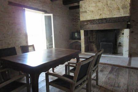 Près d'Agen, maison de village atypique - Puymirol