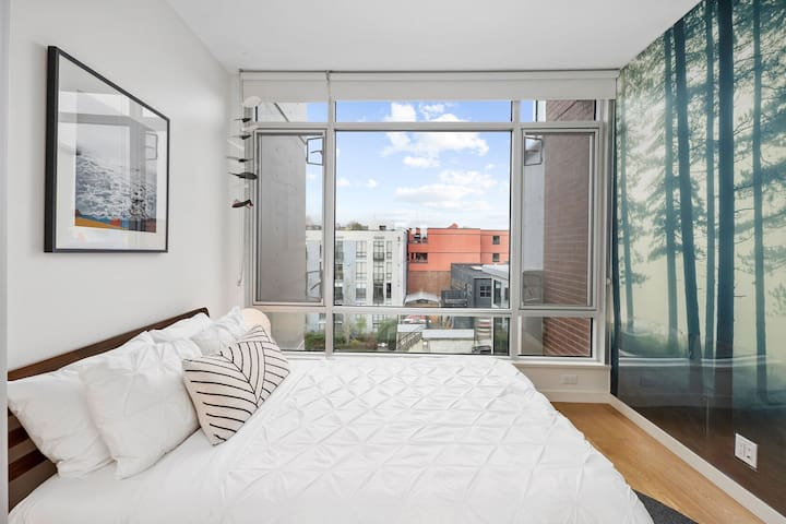 NEW! Modern, 2 Queen Beds, Downtown with Ocean and Mountain Views!