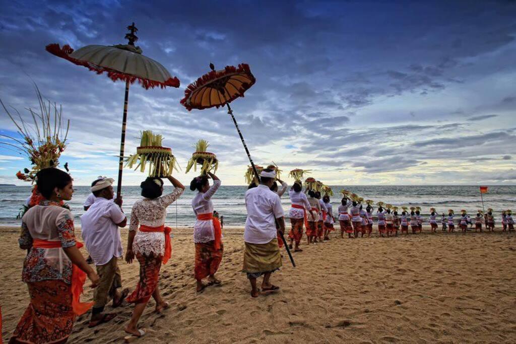 inilah  adalah kegiatan upacara dimana para perempuan dan seragam adat yang berarti persamaan sosial kehidupan dalam kesederhanaaan .