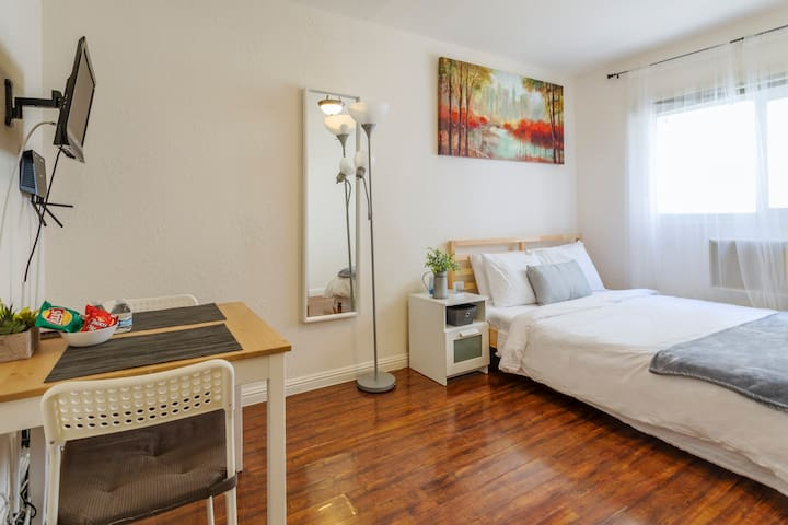 Cozy new studio in the center of Hollywood