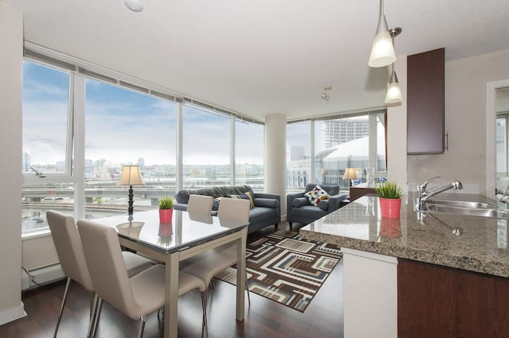 Wonderful Downtown Condo, Great Views, Location