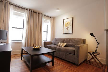 Cozy Carroll Gardens Brownstone Apt