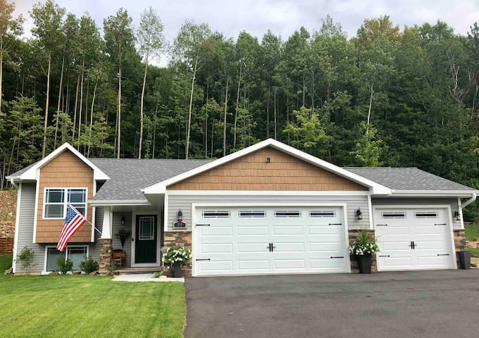 ComfyTwo Bedroom Suite w/Easy Hwy Access