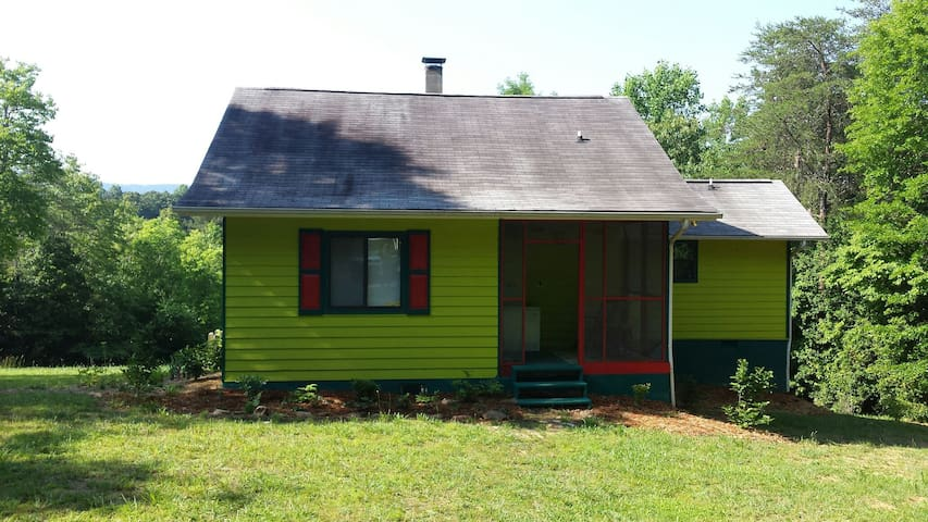 Colorful rustic mnt cabin w view - Brasstown - House