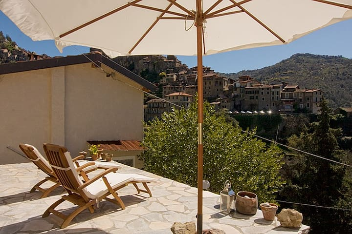Charming house in Apricale w/views, Liguria - Apricale - Huis