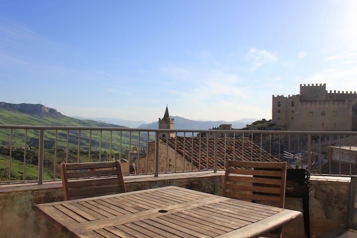 "Sicilian Townhouse -""The BoltHole"" - Caccamo - Huis"