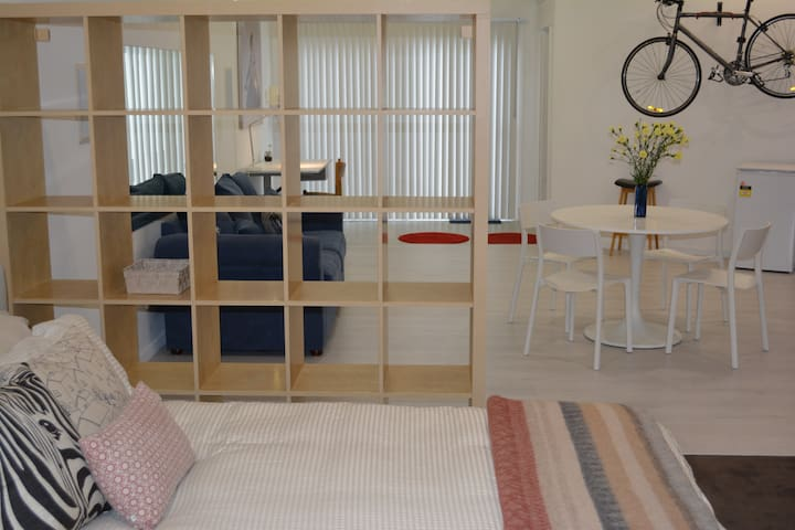 Studio apartment close to city & beach - Lower Mitcham - アパート