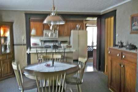 Belleville Private 4BR/1.5 Ba House - House