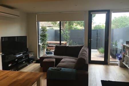 Modern, light filled, spacious Carnegie apartment - Carnegie