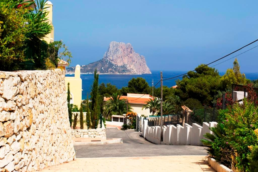 Вид на море и мыс Ифач с территории резиденции/ view to the Ifach Rock from the residence area