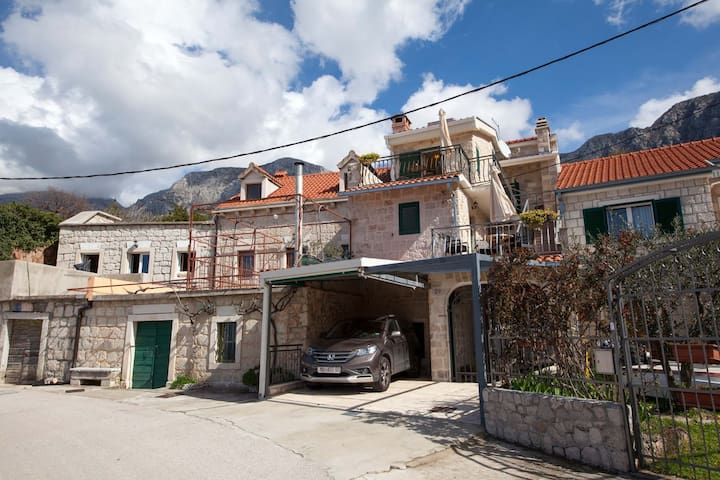 ctpo284- Stunning old-stone house with whirlpool
