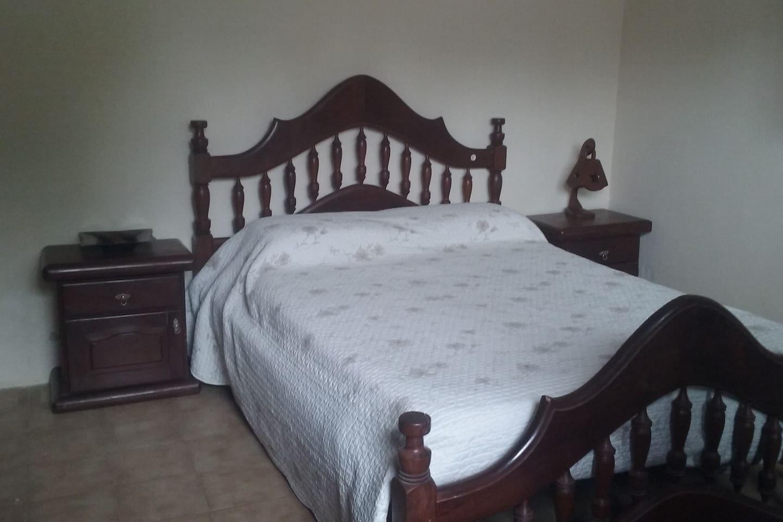 habitación cama dos plazas huésped