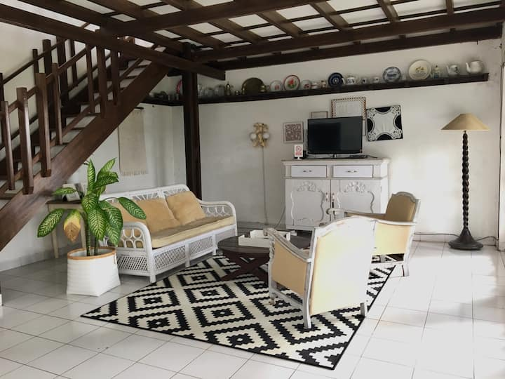 Guesthouse bed & breakfast for 10 in Dago Bandung
