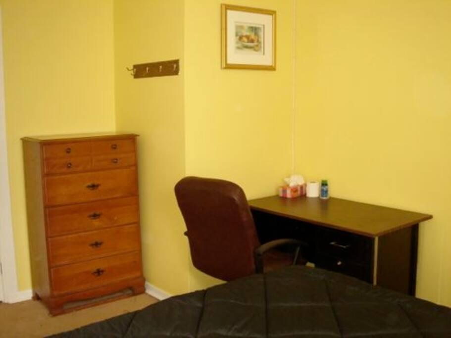 Chambre C : Tout est fourni. serviettes de toilette, linge de lit, WIFI, TV, téléphone, couchage