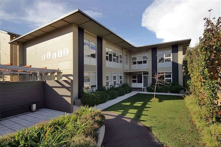 GLENELG HOLIDAY APARTMENTS-Ellis