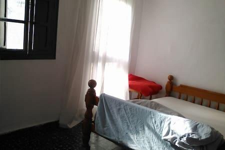 Chambre lit double dans ancienne maison de village - Turís