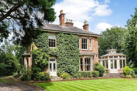 Lovely 4 bed House with private gardens - Blaby - Casa