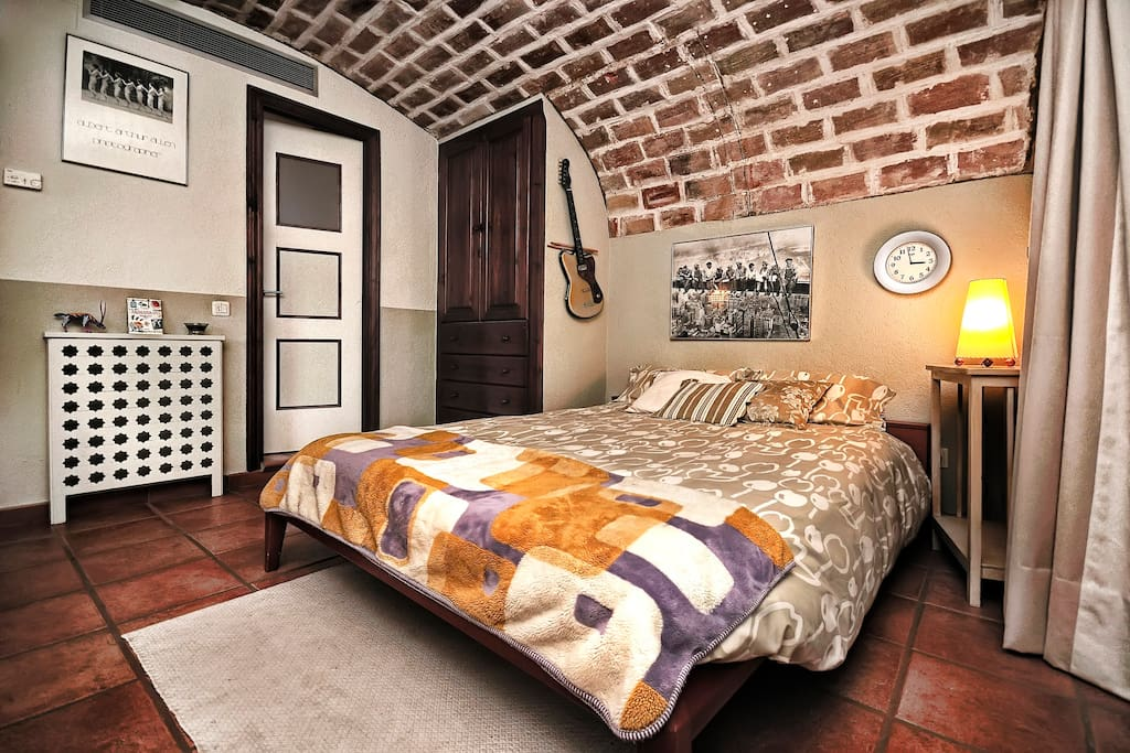 Room 35 m2 & bathroom   / Hab. 35 m2 & lavabo