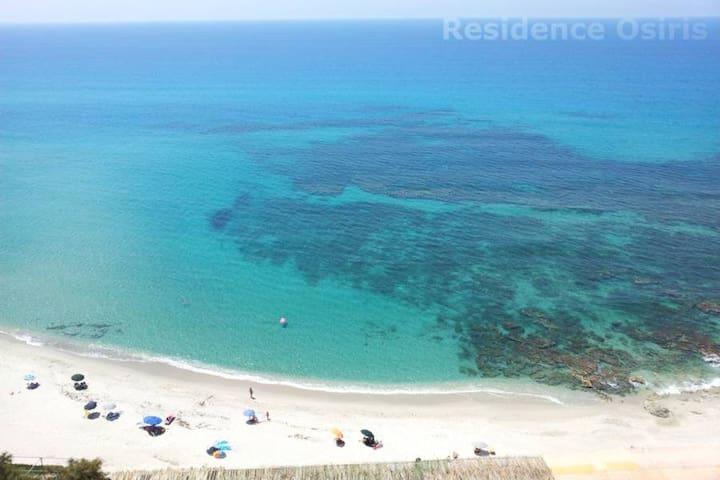 La vicina spiaggia (5 minuti di auto).