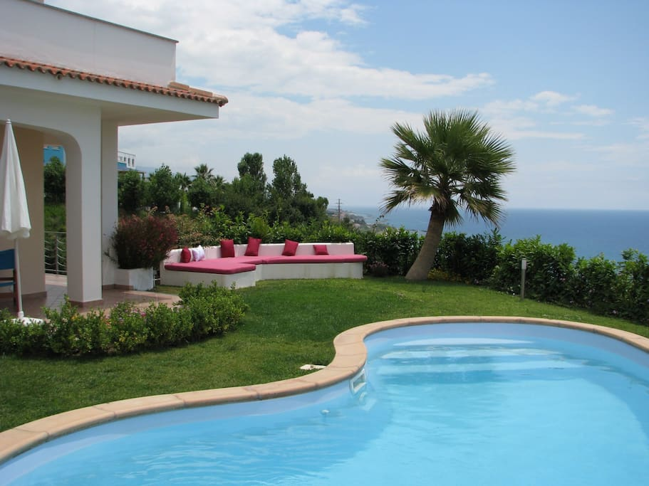 Villa con piscina privata sul mare suite degli ospiti in affitto a diamante calabria italia - Villa italia piscina ...