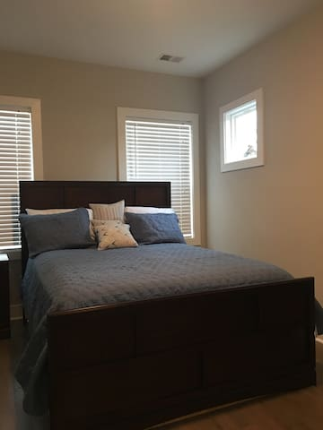 Private Bedroom 1 Mile from Downtown