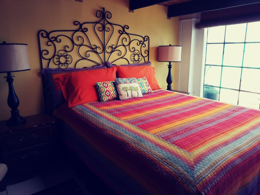 Cheerful and comfy Queen bed
