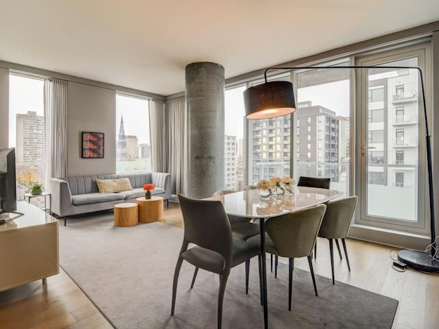 Dream Highrise Condo in DT W/Free Parking