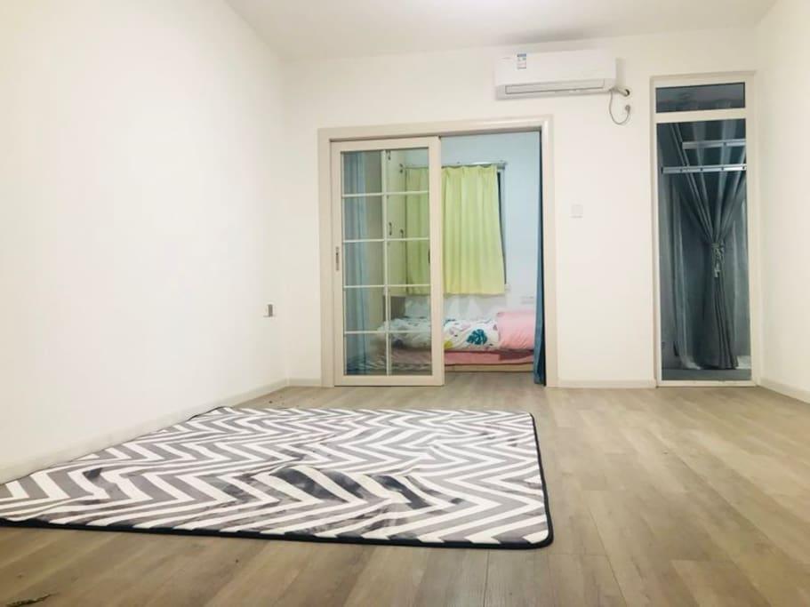 客厅,全房木地板,可以就地休息瑜伽