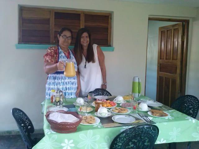 Mi tía Oraida con Viviana de Brasil