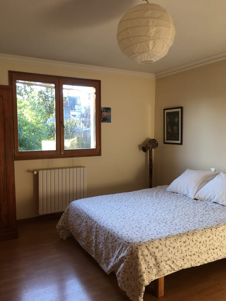 Super quiet room!  15 min from central Paris.