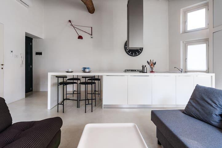 Cozy bright loft facing the Town Walls with A/C