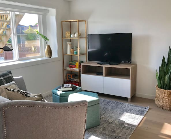 Cozy living room. We have board games, a flat screen tv, optik Tv, and of course Netflix. There is high speed wifi on site as well.
