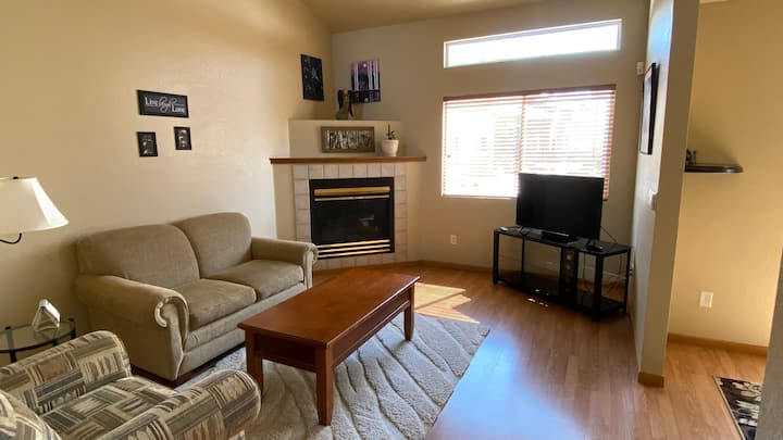 Home away from home Beautiful Townhome in Windsor!
