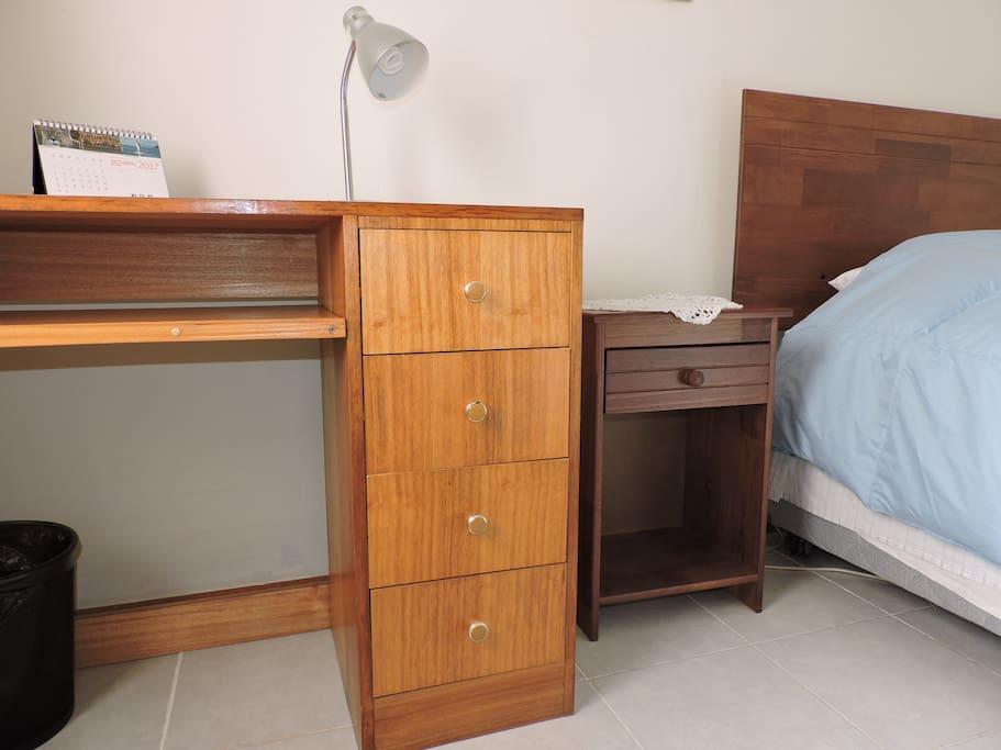 La habitación cuenta con el mobiliario elemental: cama de 1 1/2 plaza, velador, escritorio con silla, papelero, closet, repisa, lámpara y espejo. El cortinaje se compone de visillo tradicional y blackout.