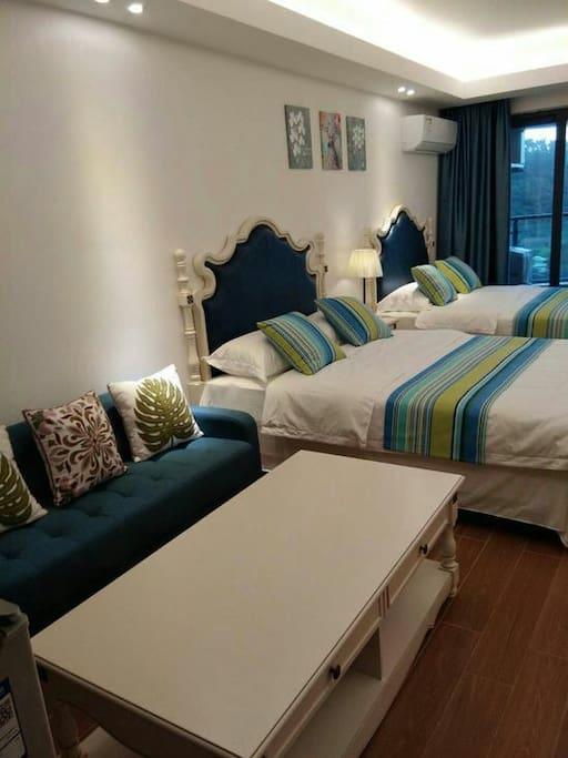 房间整洁干净,舒适宁静,还能听到海浪的声音。浪漫而温馨。