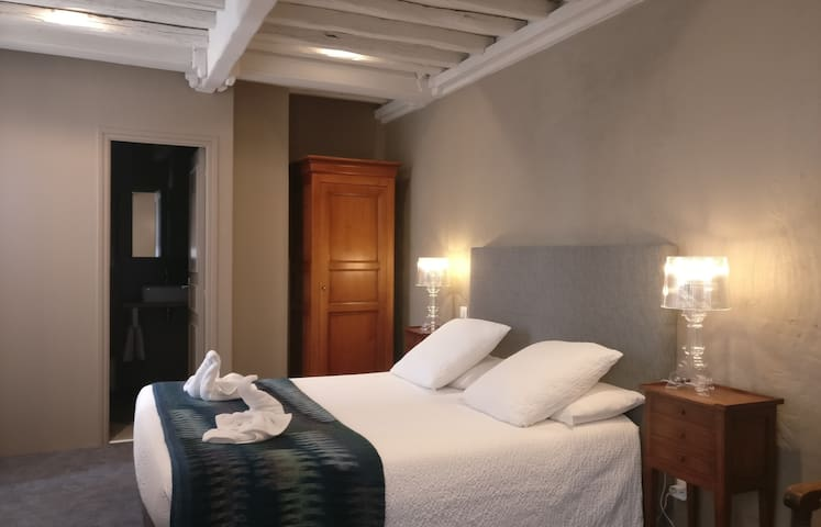 Romantic courtyard room, modern bath, pool, bkfst