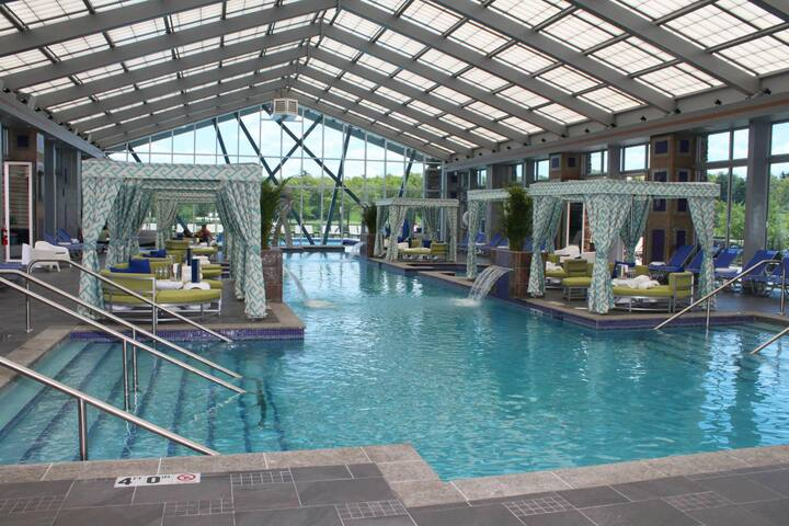 3 minutes to Mount Airy Casino, with an indoor pool $15 per person day pass (adults only)